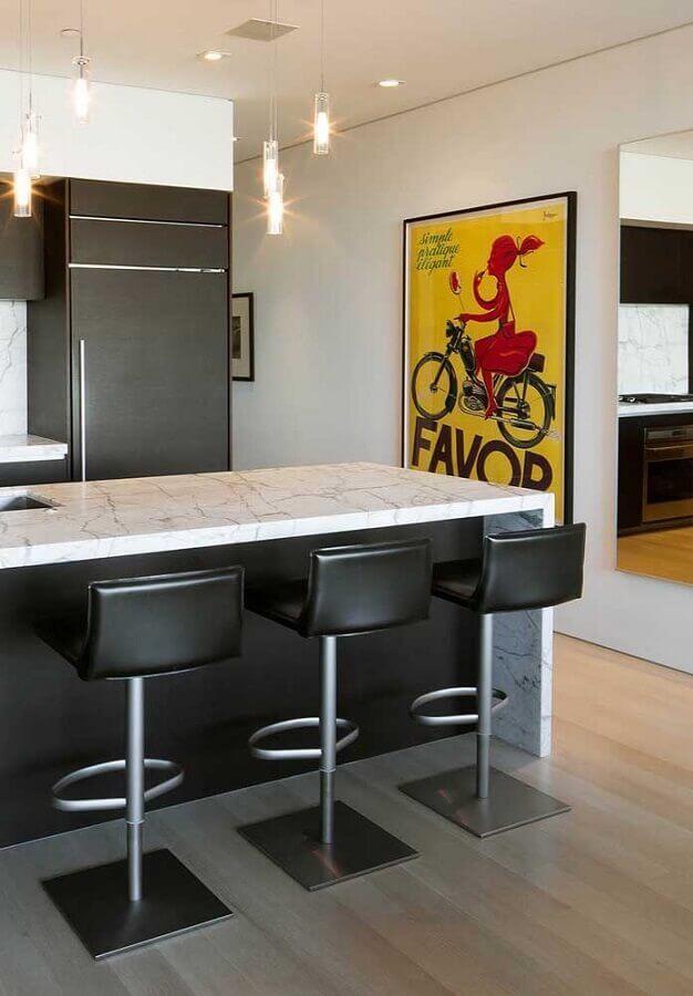 banquetas simples para cozinha americana com bancada de mármore Foto Pinosy