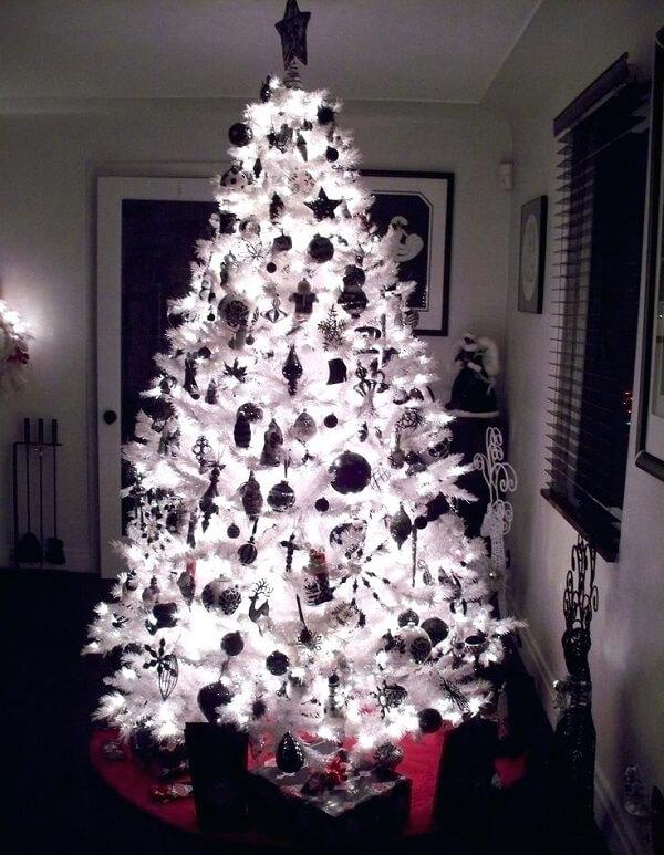 As luzes fazem toda a diferença na decoração de uma árvore de Natal branca
