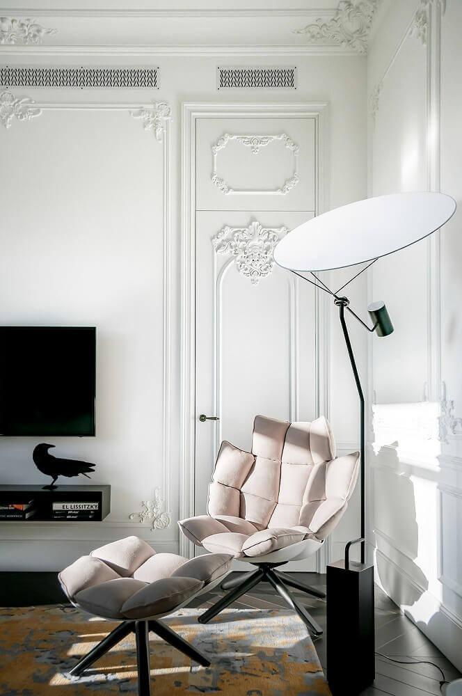 boiserie para decoração clássica em ambiente com poltrona moderna Foto Behance