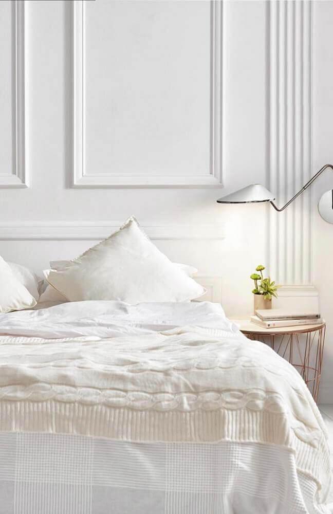 boiserie para quarto moderno decorado com luminária branca e criado mudo rosé Foto Mauricio Gebara Arquitetura