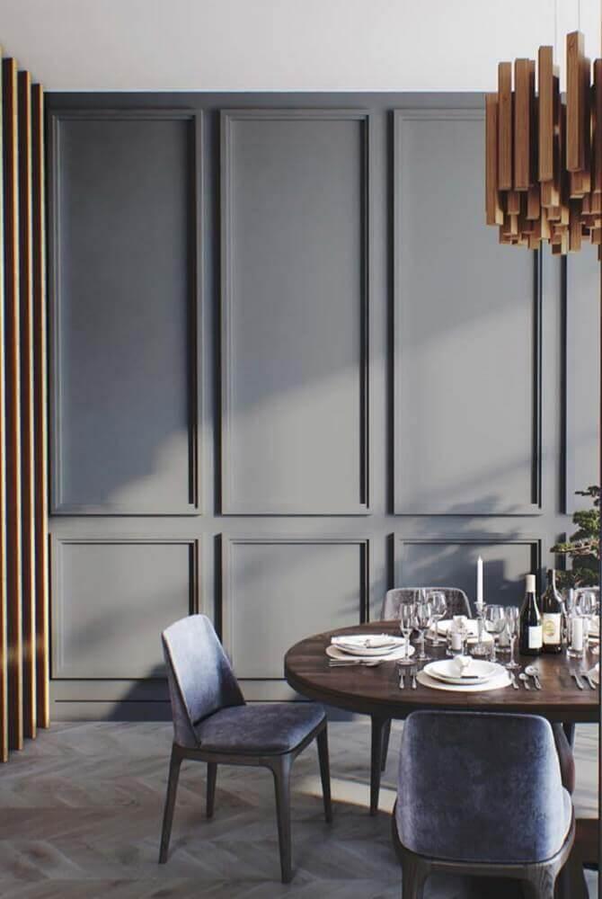 boiserie pintado de cinza para sala de jantar moderna com mesa de madeira Foto Mauricio Gebara Arquitetura