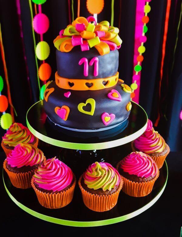Bolo para festa neon com cupcakes coloridos