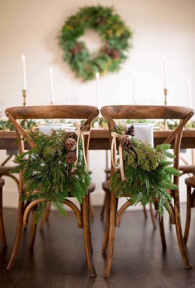 cadeiras decoradas com arranjos de natal Foto Style Me Pretty