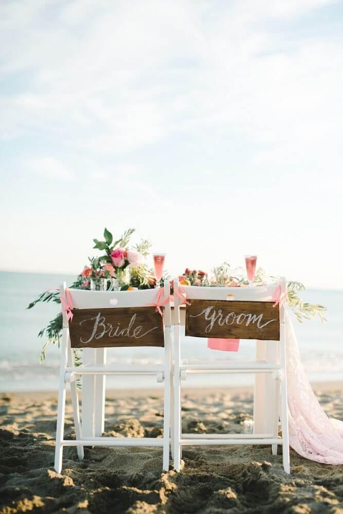 cadeiras dos noivos decoradas com plaquinhas para casamento Foto Style Me Pretty