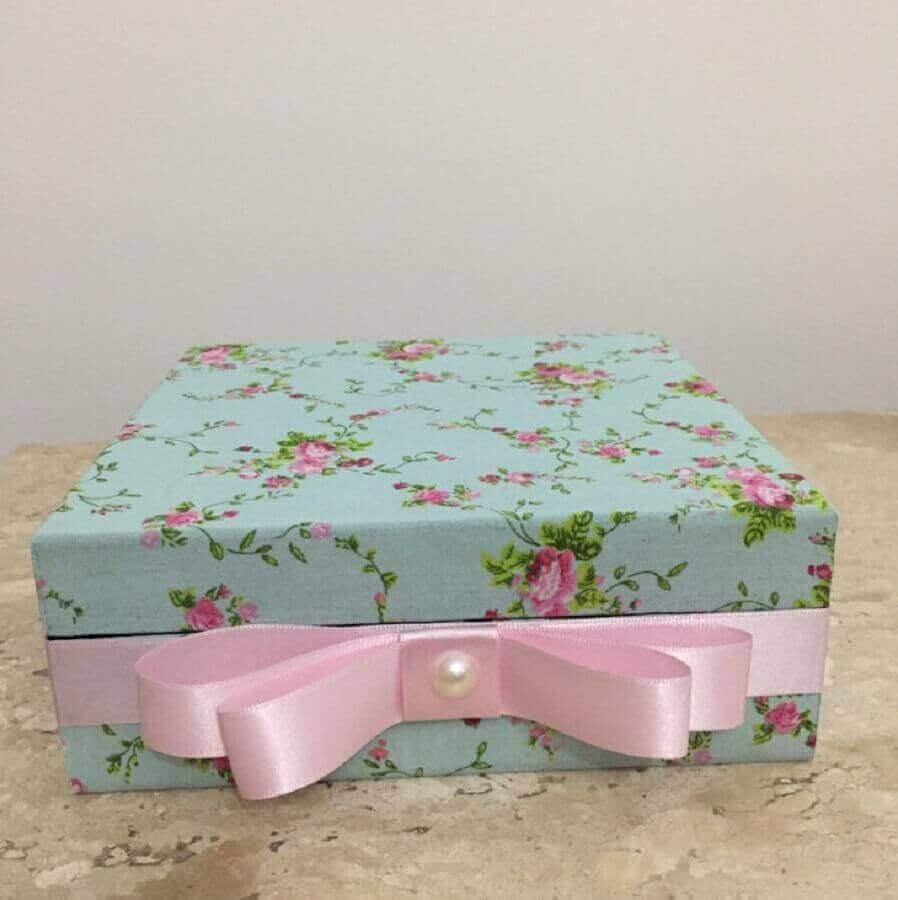 caixa de MDF decorada com tecido floral e fita de cetim rosa Foto Mimos da Vovó Alice