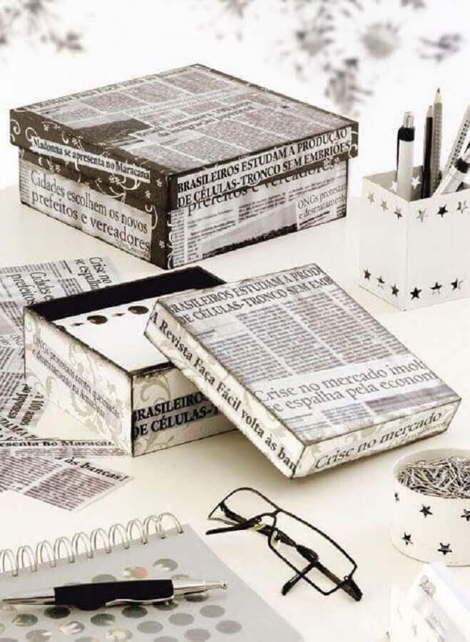 caixa de madeira decorada com recortes de jornal Foto Yandex