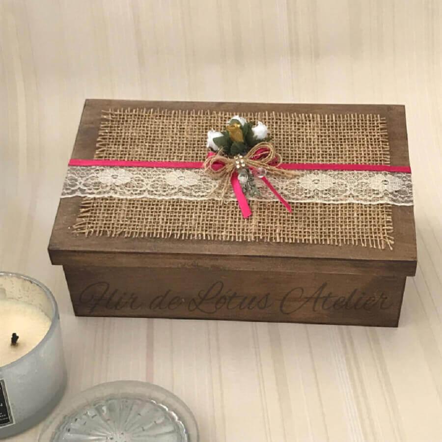 caixa de madeira decorada com renda e juta Foto Flor de Lótus Atelier