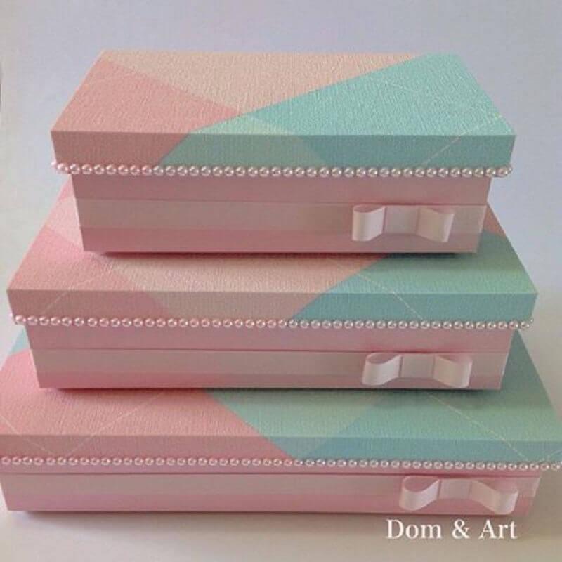 caixa de madeira decorada em tons de rosa e azul com pérolas e fita de cetim Foto Dom & Art