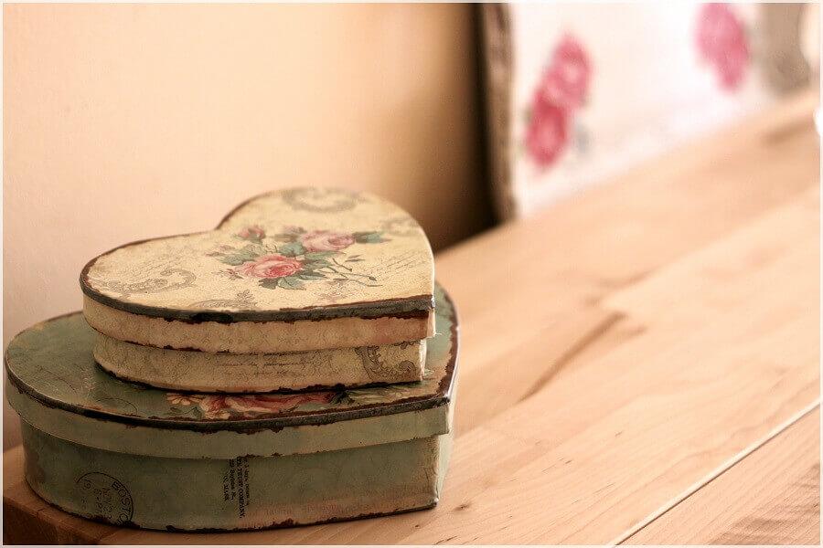 caixinha de mdf decorada com estilo envelhido em formato de coração Foto Zeynepin Evi