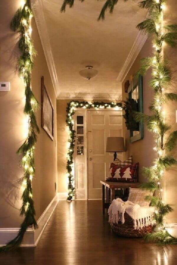 casa decorada com luzes de natal e ramos verdes Foto Pinterest
