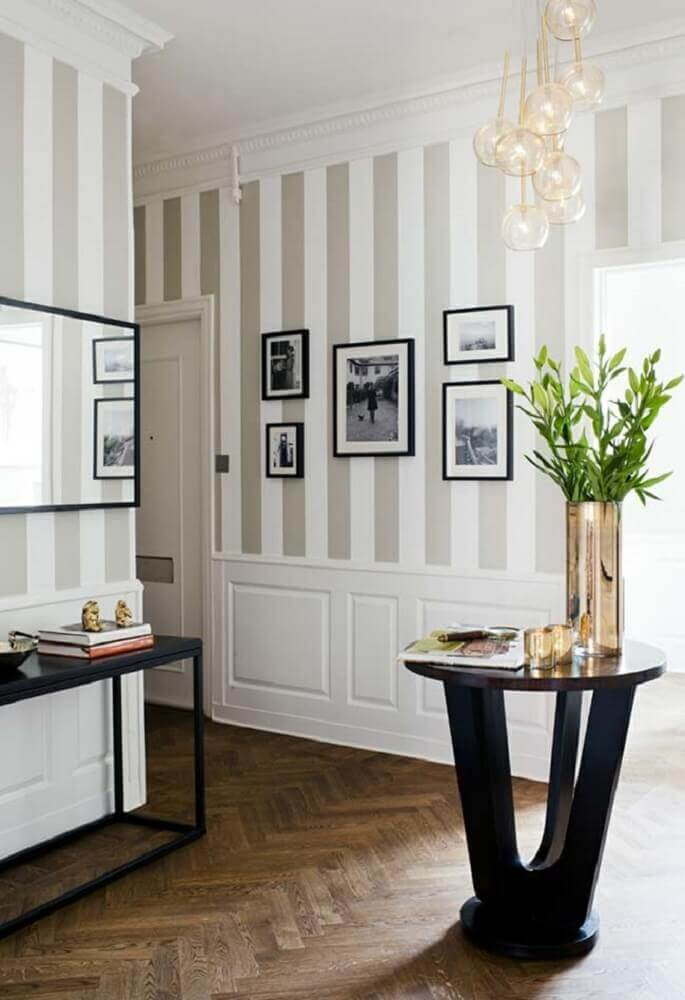 casa decorada com papel de parede listrado e boiserie Foto ModaFinilsale