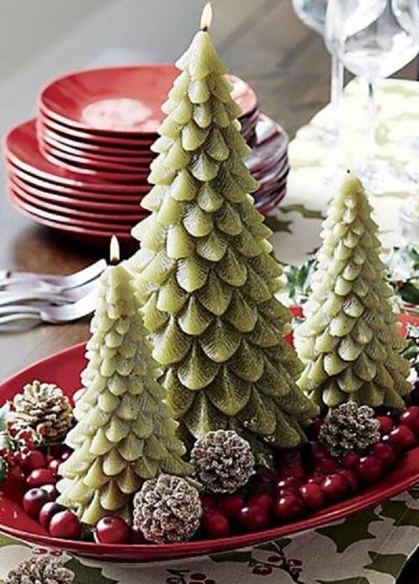 Arranjos de Natal feitos com velas em formato de árvore