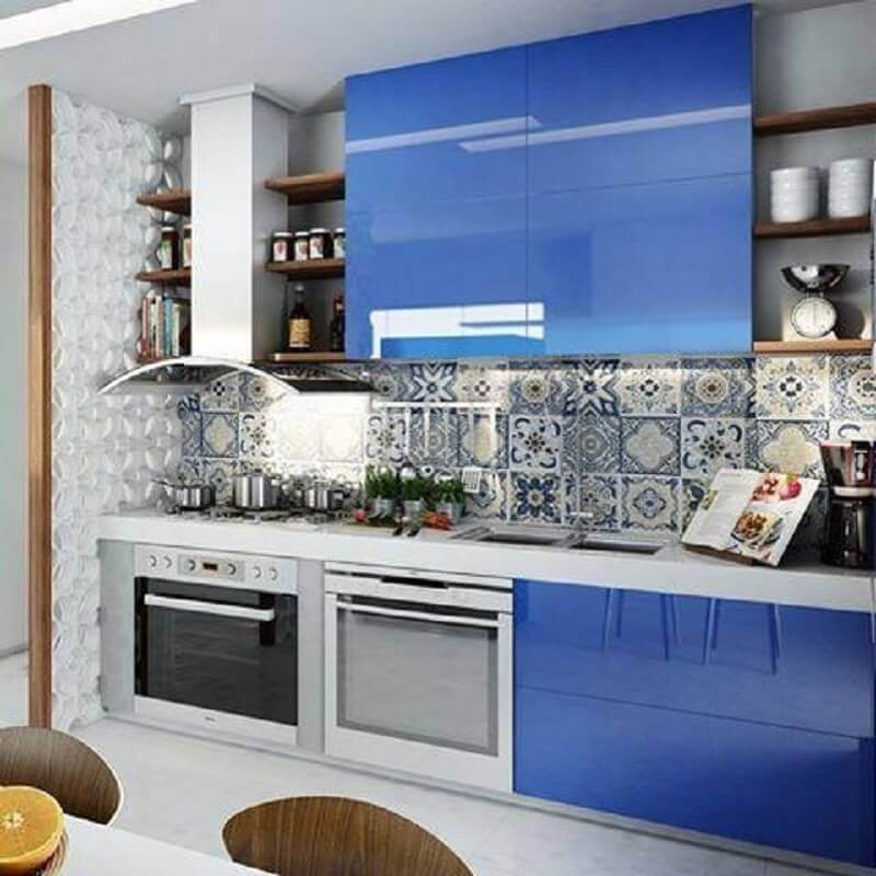 cores de armário de cozinha planejado com decoração azul Foto Michele Luedy Arquitetura