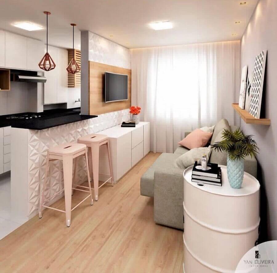 cozinha americana com sala pequena decorada com pendente aramado sobre a bancada Foto Yan Oliveira