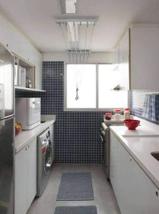 cozinha com área de serviço decorada com pastilhas azuis Foto The Holk