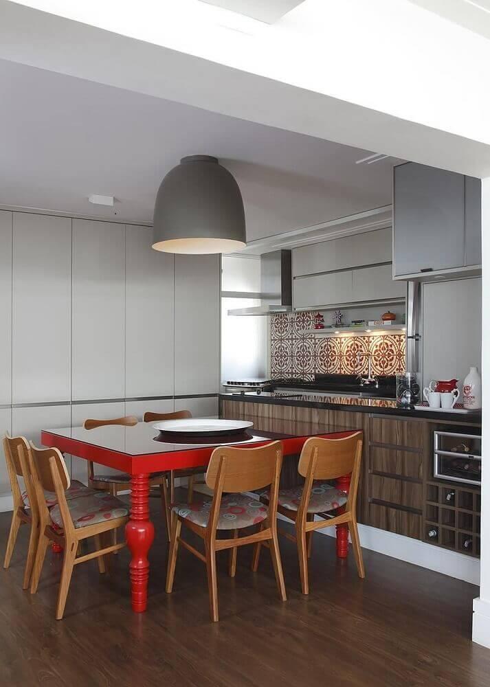 cozinha decorada com armário de cozinha planejado e mesa vermelha Foto Lore Arquitetura Lore