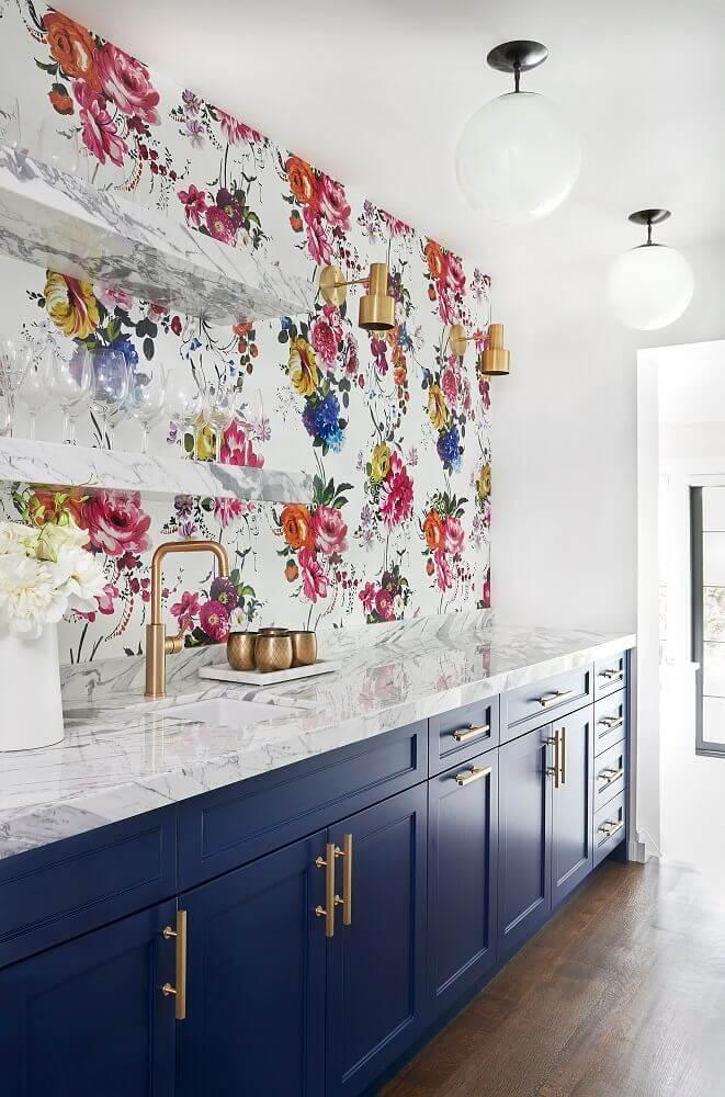 cozinha decorada com papel de parede de flores coloridas e armário azul Foto Pinterest