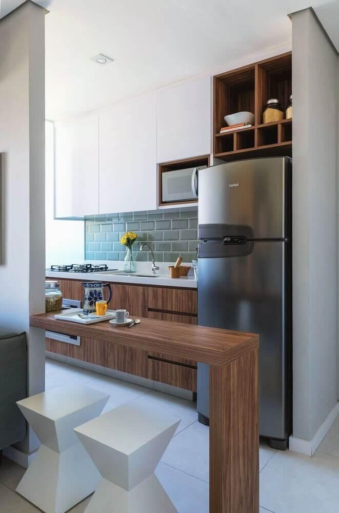 cozinha decorada com subway tile e armário de cozinha planejado com bancada de madeira Foto Pinterest
