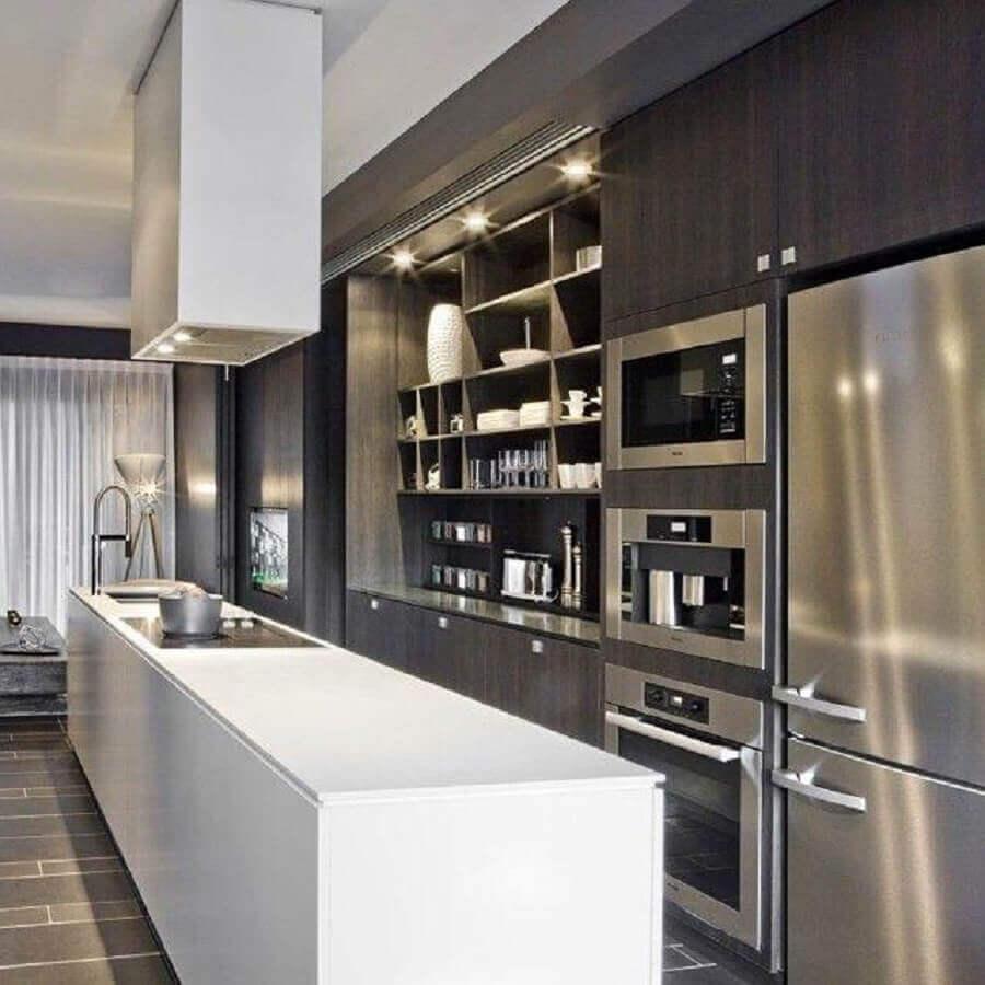 cozinha moderna com bancada branca itens em inox e armário de cozinha planejado preto Foto Hildebrand Silva Arquitetura