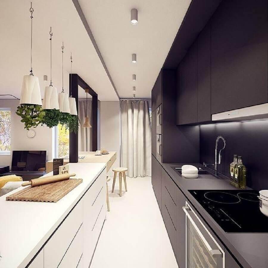 cozinha moderna decorada com armário de cozinha planejado preto e branco e pequena horta sobre o balcão Foto Plasterlina