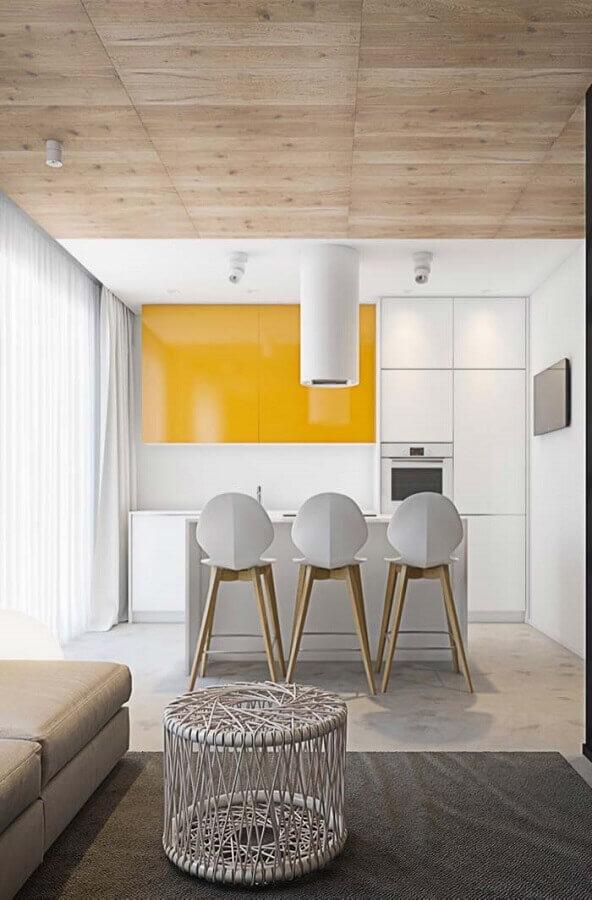 cozinha pequena planejada com armário amarelo e branco Foto The Holk
