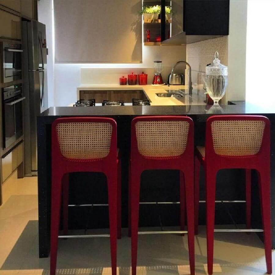 cozinha pequena planejada com balcão e armários pretos Foto Zonta Arquitetura