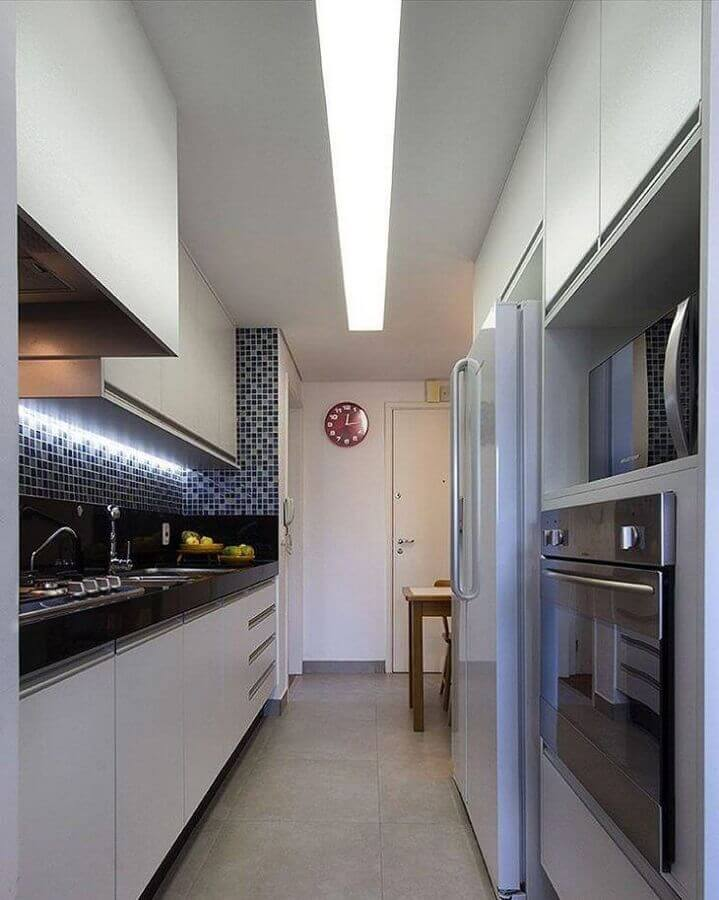 cozinha pequena planejada com iluminação embutida no armário aéreo Foto Juliana Conforto Arquitetura