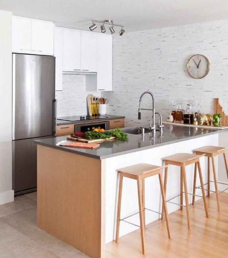 cozinha pequena planejada e decorada com papel de parede e banquetas de madeira Foto Form Collective