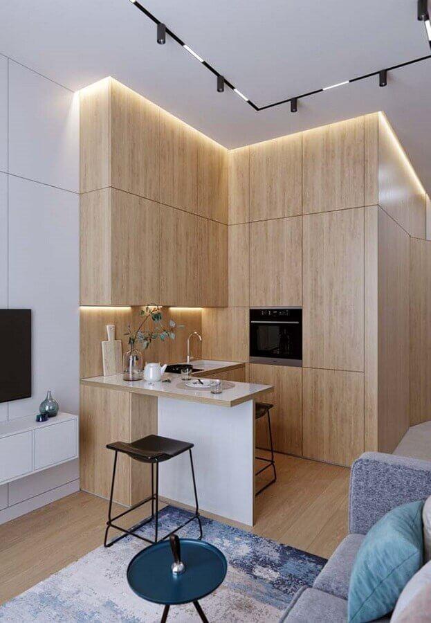 cozinha planejada para apartamento pequeno com armários de madeira Foto Aaron Guides