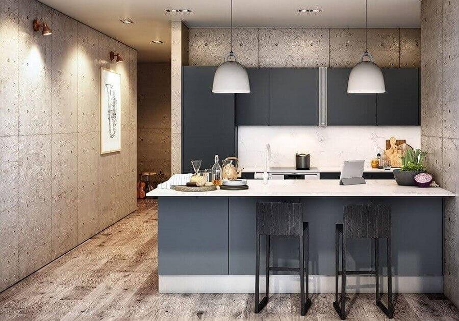 cozinha planejada para apartamento pequeno com armários pretos e revestimento em madeira Foto Archello