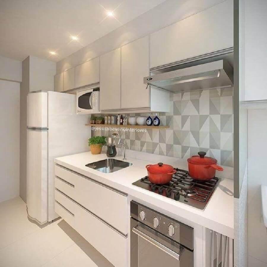 cozinha planejada pequena com armários brancos Foto Jessica Bevenu Interiores