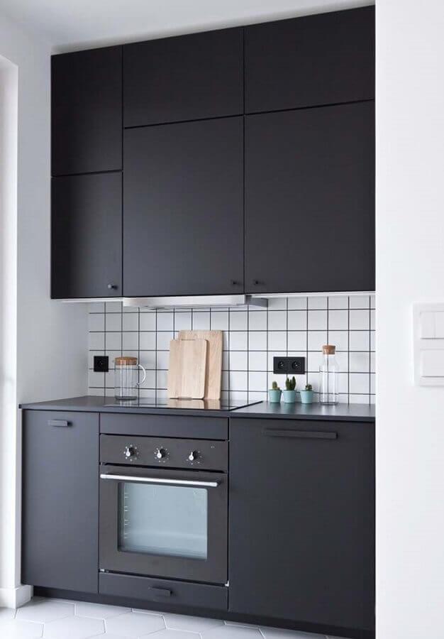cozinha planejada pequena com armários pretos Foto The Holk