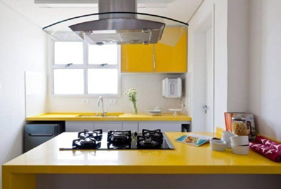 cozinha planejada pequena com balcão amarelo e cooktop embutido Foto Iná Arquitetura