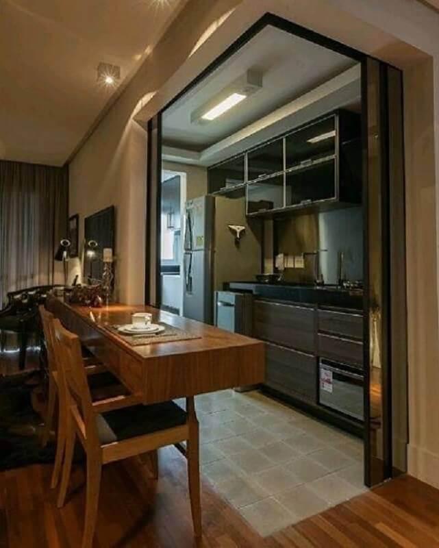 cozinha planejada pequena com balcão de madeira e armário preto Foto Neufert Design