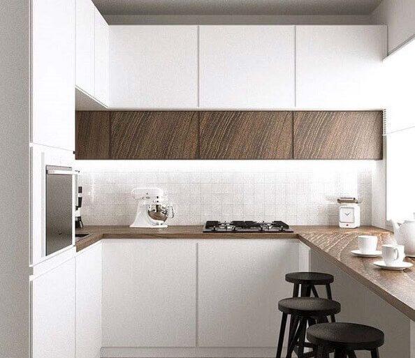 cozinha planejada pequena com balcão de madeira e banquetas pretas  Foto Pinterest