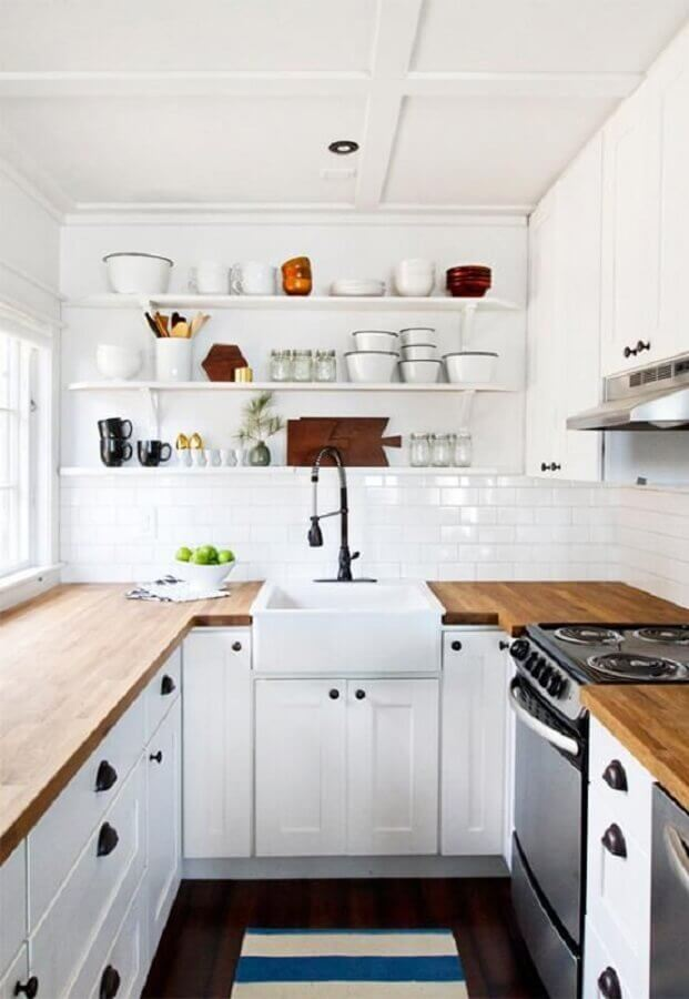 cozinha planejada pequena com balcão de madeira e prateleiras brancas Foto Jekyll & Hyde