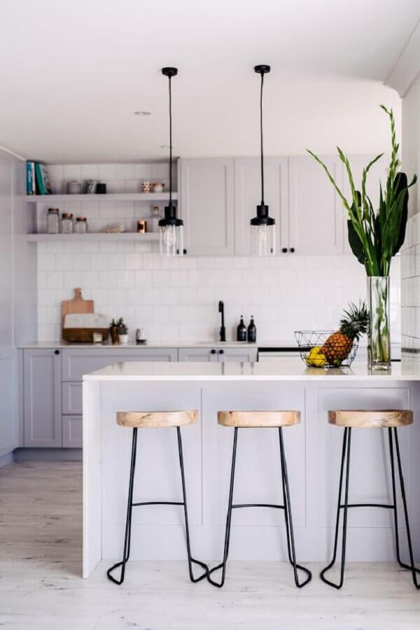 cozinha planejada pequena com balcão decorado com pendentes modernos Foto Go Home