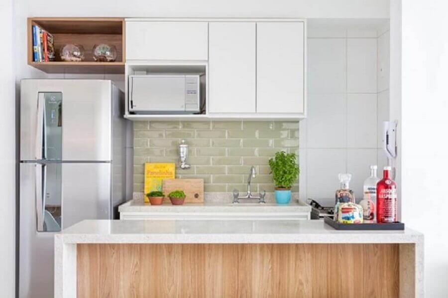 cozinha planejada pequena com balcão e armário aéreo Foto Doob Arquitetura