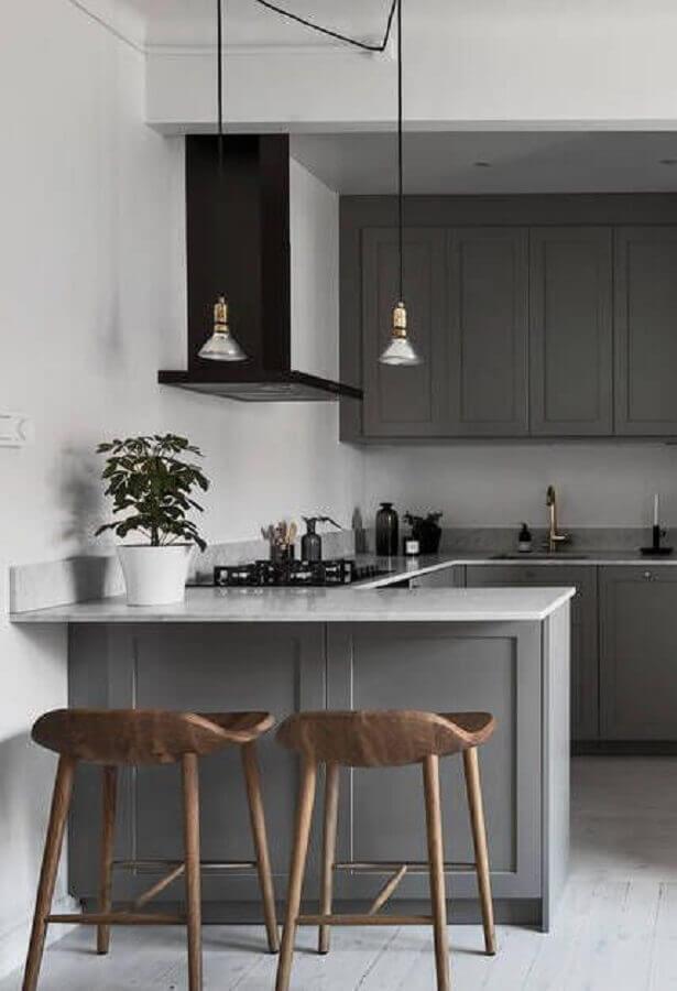 cozinha planejada pequena com balcão e banquetas de madeira Foto Pinterest