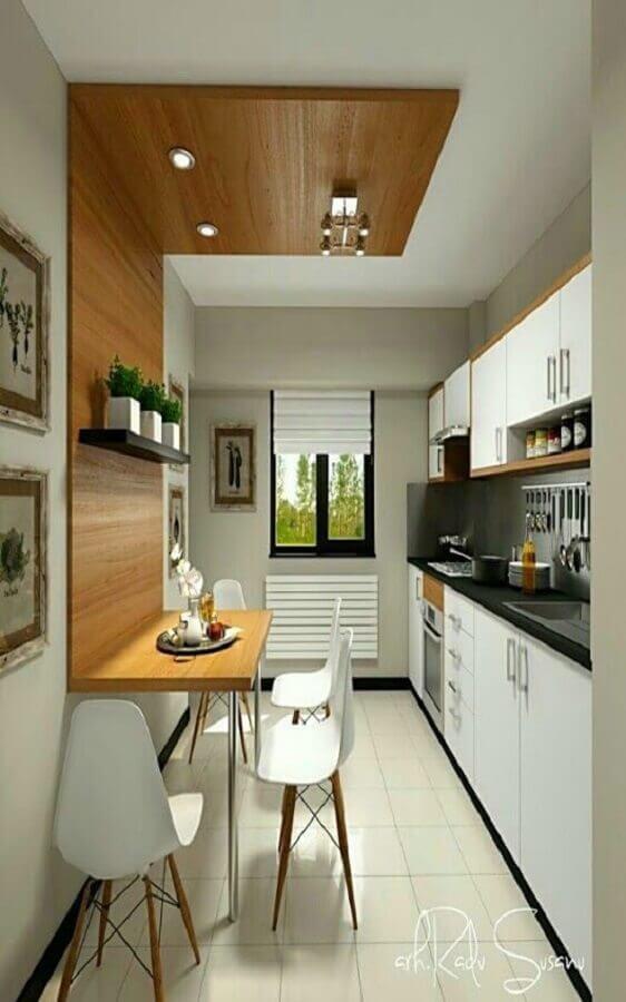 cozinha planejada pequena com detalhe em madeira na parede Foto Harp Times