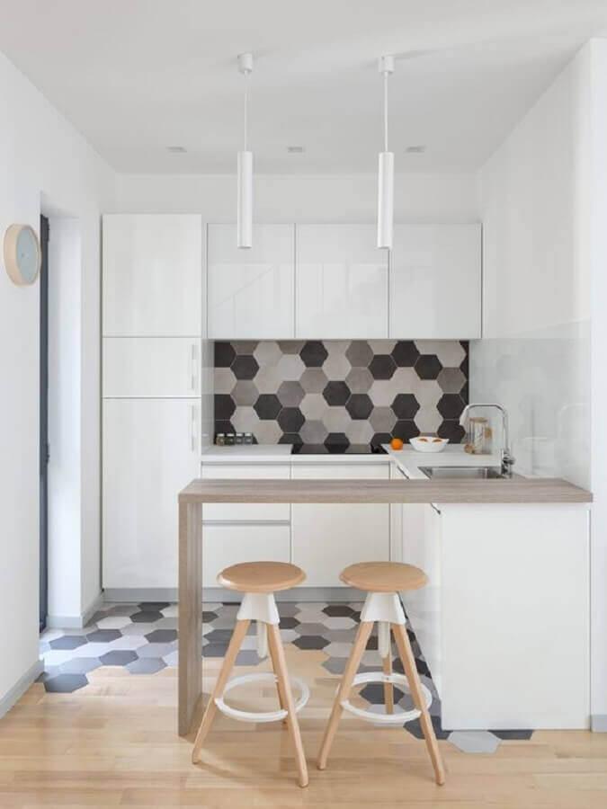 cozinha planejada pequena decorada com piso e azulejo em formato hexágono Foto ArchDaily