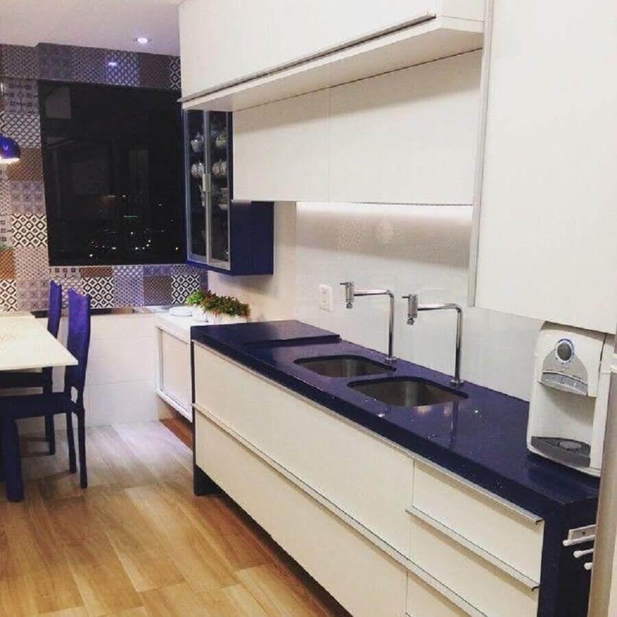 cozinha simples decorada com armário de cozinha planejado branco com bancada azul Foto Larissa Vinagre Arquitetura e Interiores