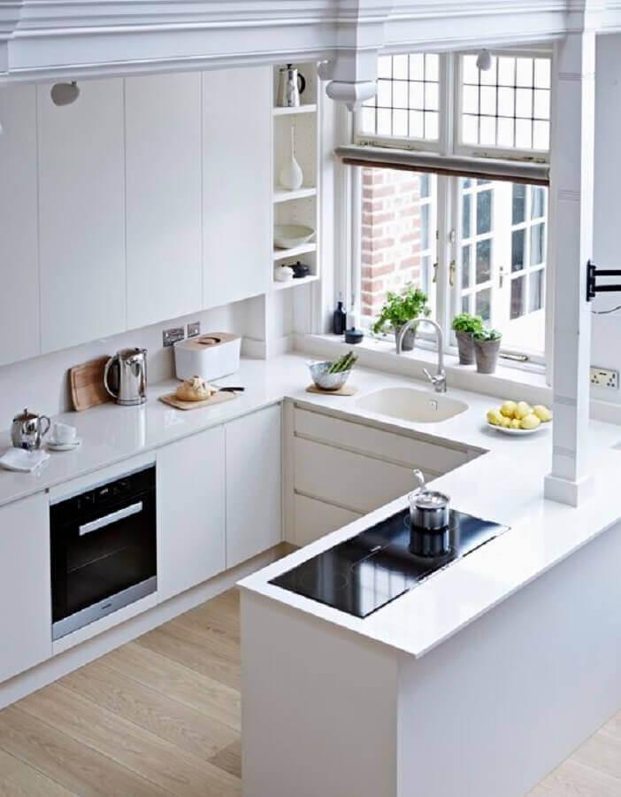 cozinhas pequenas planejadas com amplas janelas e armários brancos Foto Mi Aviso