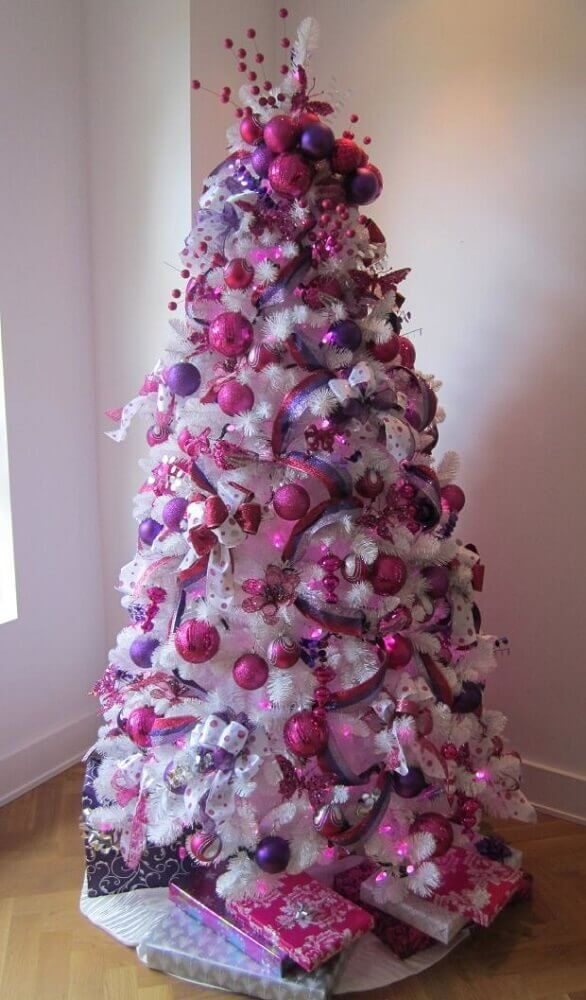 white Christmas tree decoration with pink and purple ornaments Foto MaaniTech