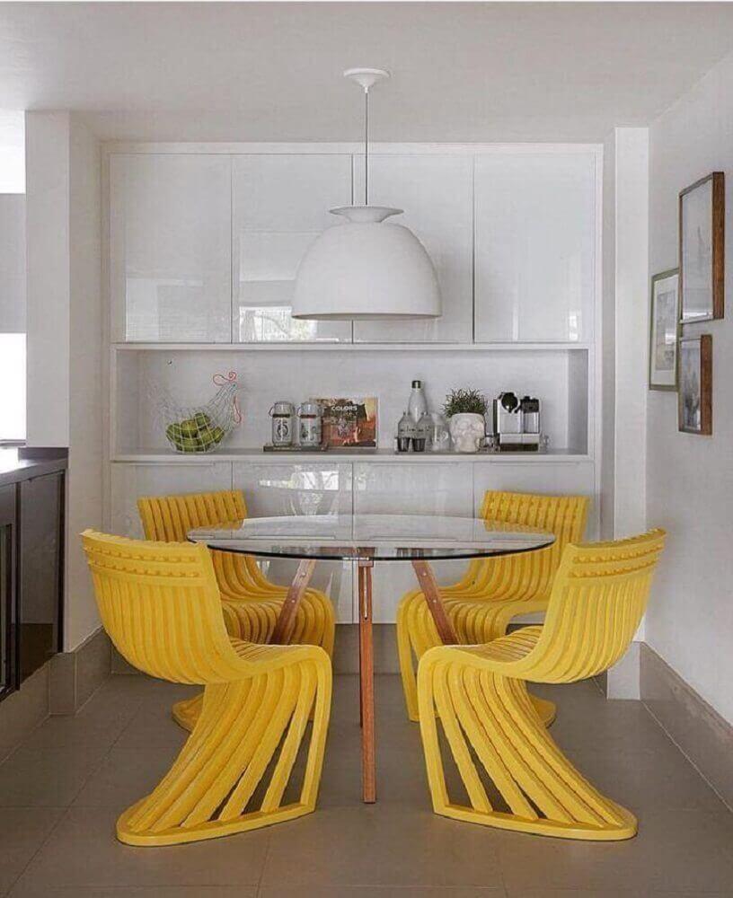 decoração amarela e branca com cadeiras para sala de jantar modernas - Foto Yamagata Arquitetura