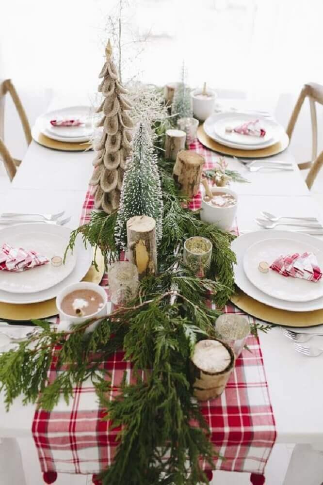 decoração arranjos de mesa de natal com pinheiros e velas Foto Pinterest