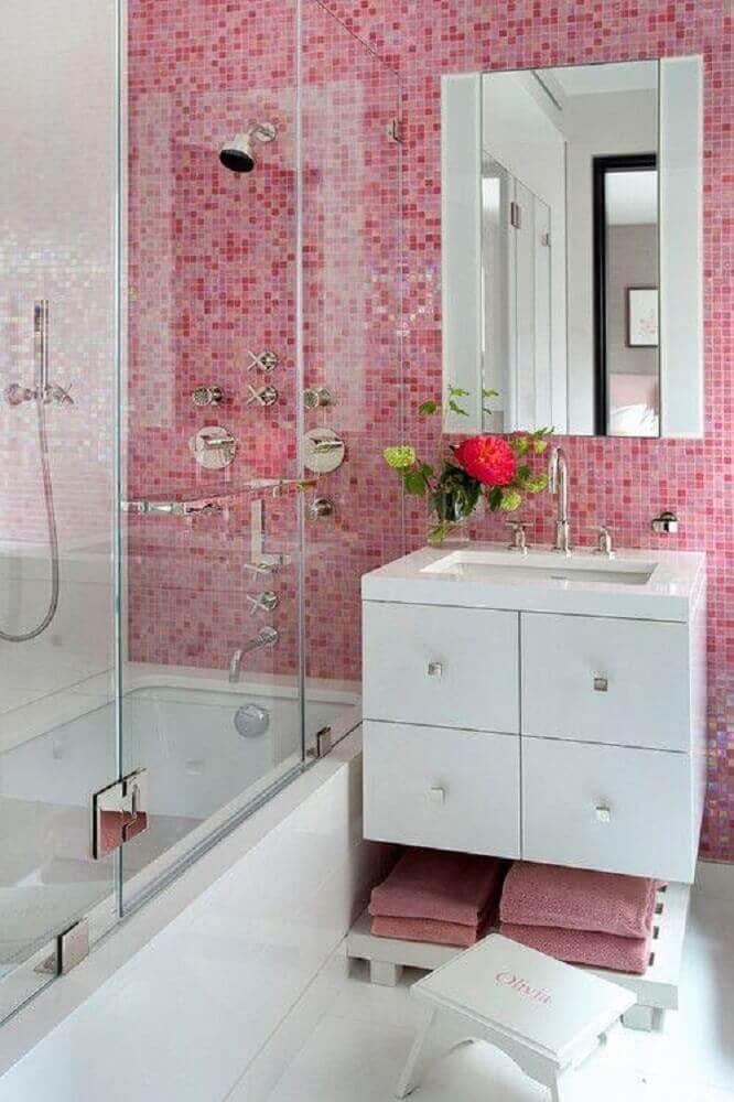 decoração banheiro com pastilha rosa e armário branco Foto Architizer