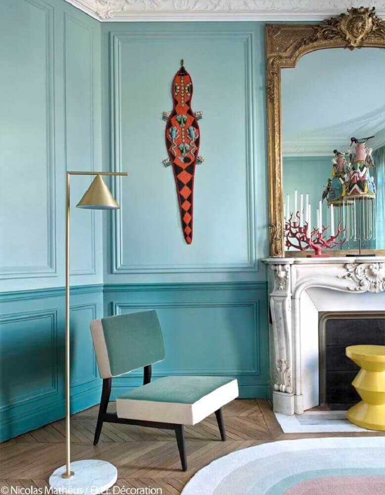 decoração clássica com moldura de parede pintada em dois tons de azul Foto Pinterest