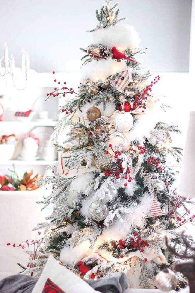 classic white Christmas tree decoration with red and green ornaments Foto Hello Blogger