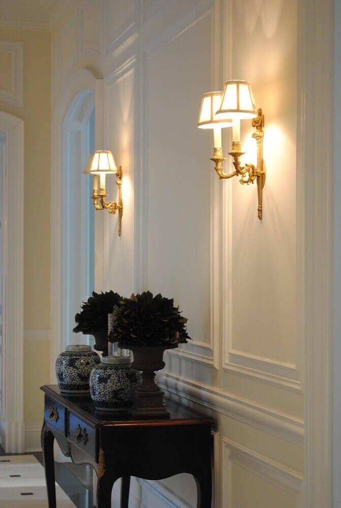 decoração clássica para corredor com boiserie e aparador de madeira Foto Pinterest